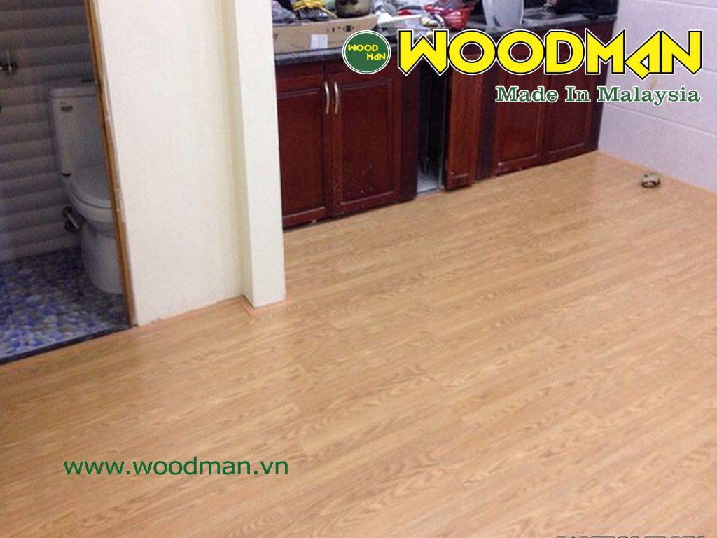 Sàn gỗ WOODMAN O39 siêu chịu nước lắp đặt phòng bếp và trước cửa nhà vệ sinh.