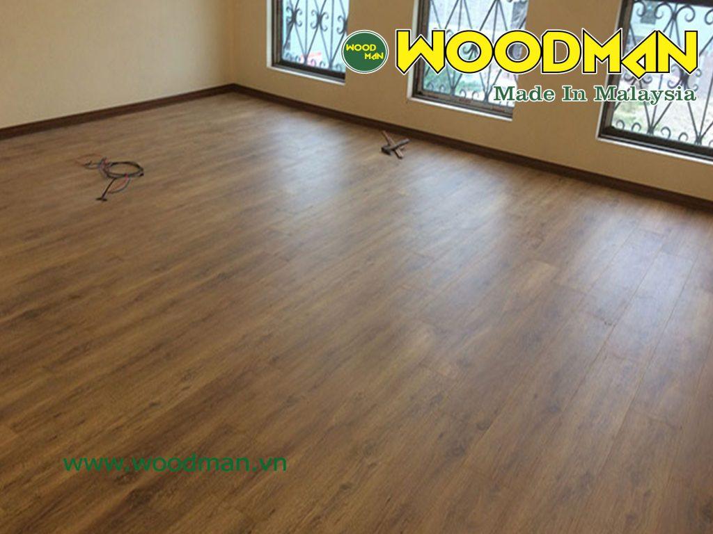 Sàn gỗ Woodman O121 vân gỗ vàng sáng dễ dàng kết hợp nội thất.