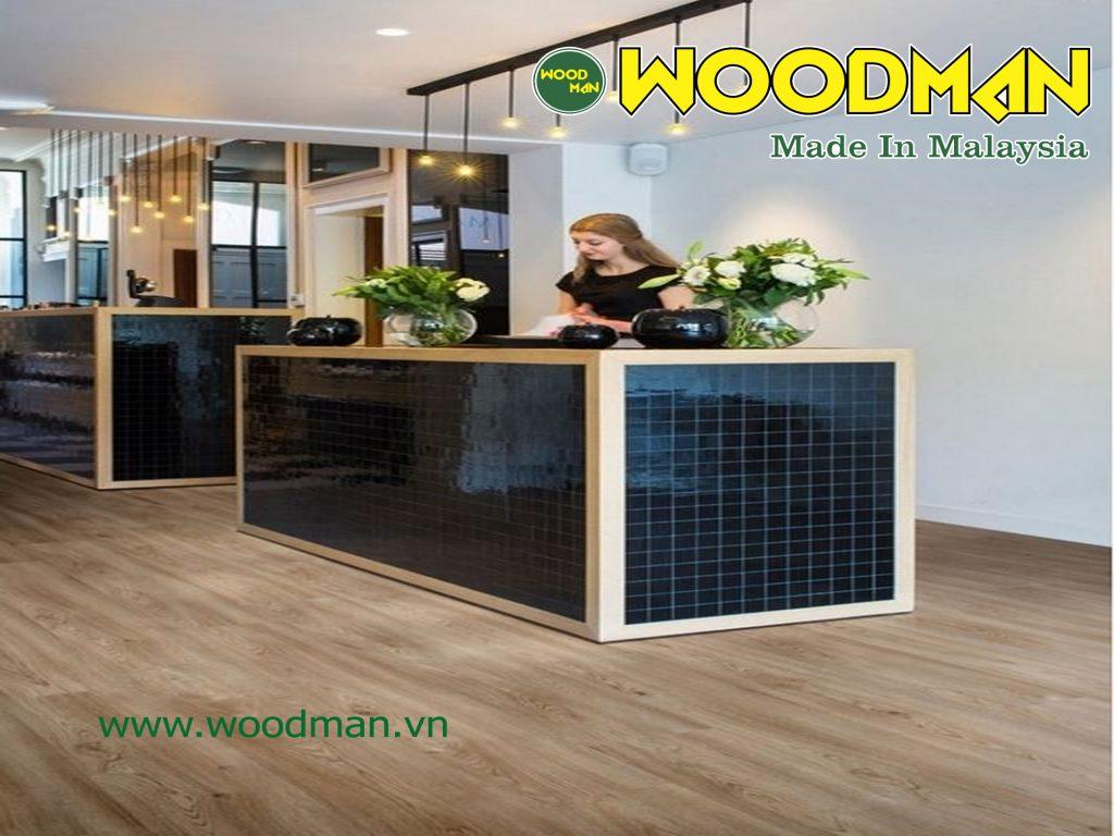 Sàn gỗ Woodman lắp đặt quầy lễ tân.