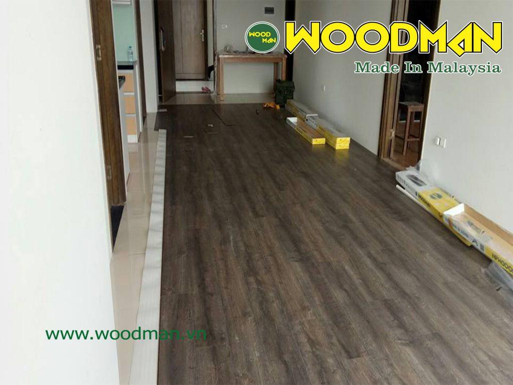 Sàn gỗ Woodman O113 có vân sần mờ màu nâu đậm mang đến vẻ đẹp sang trọng cho căn phòng.