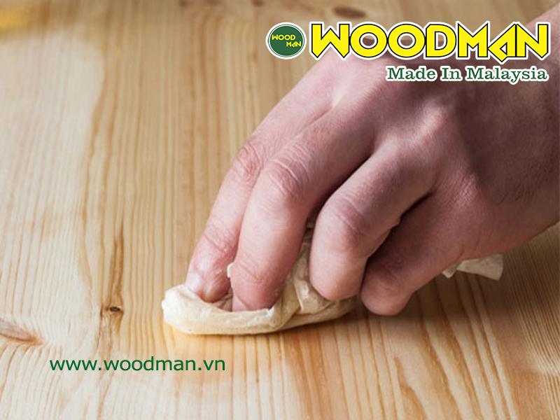 Dùng khăn hoặc giẻ mềm để lau khô nước trên bề mặt sàn gỗ